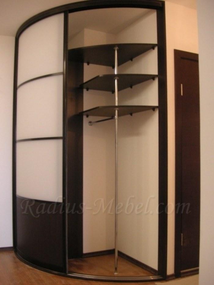 Угловой шкаф-купе, который идеально впишется в интерьер мале.