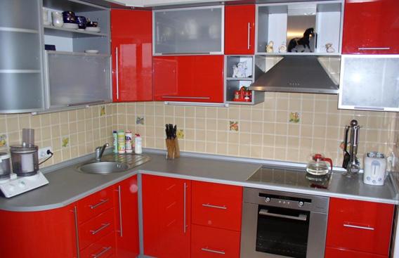 А вот красная кухня абсолютно не раздражает, а