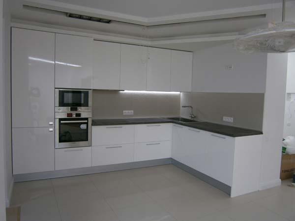 Угловая кухня исполнена в цвете белый