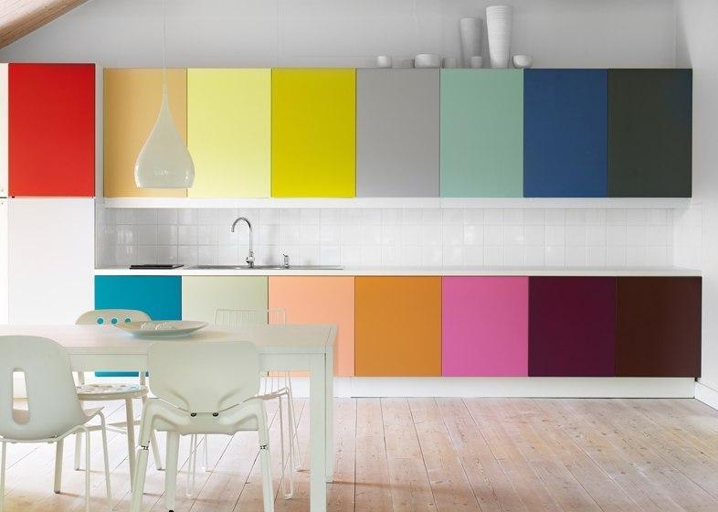 Разноцветные интерьеры кухни