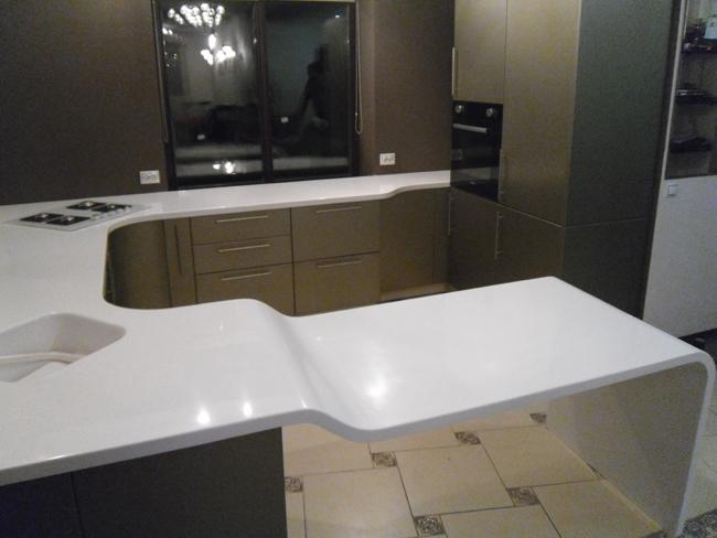 Изогнутая столешница на кухне столешница акриловый камень starlit