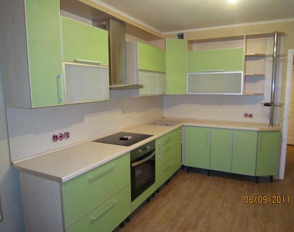 Современная кухня нежно зеленого