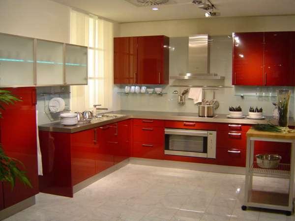 Кухонный гарнитур с красными фасадами