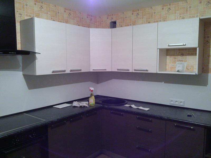 Кухонный гарнитур с двухцветным