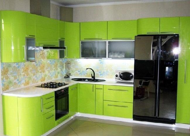 Кухня угловая с гнутыми ярко зелеными