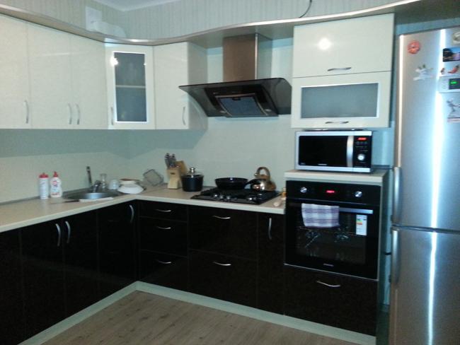 фото кухонь черный низ белый верх
