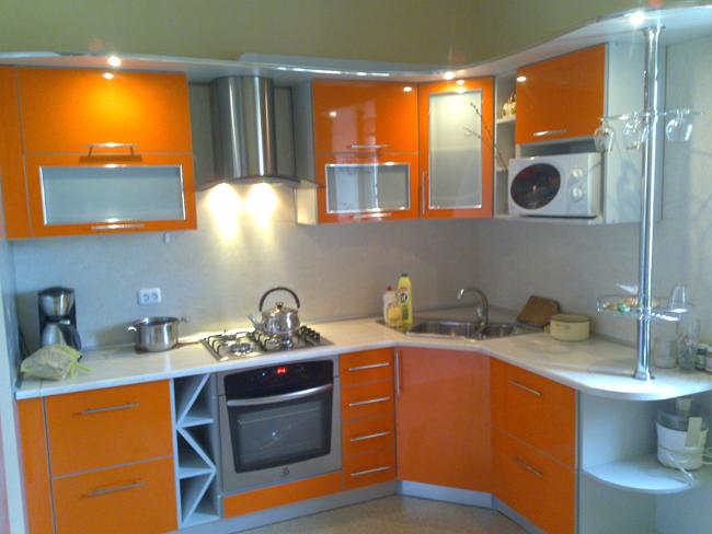 Кухня угловая оранжевая с лакобелем