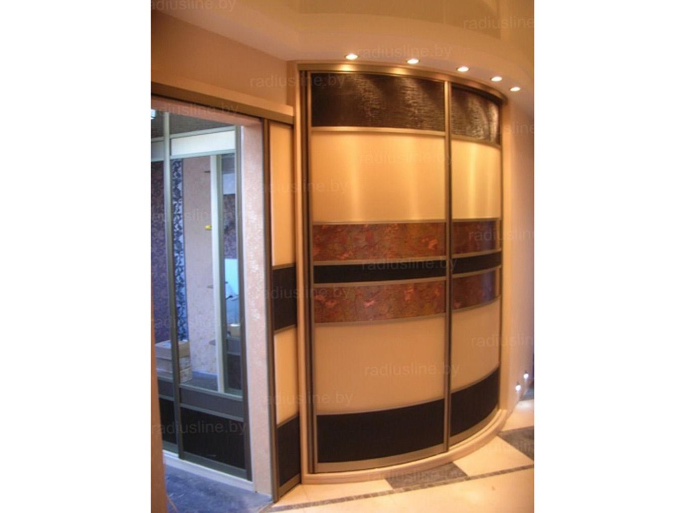Оригинальный радиусный шкаф-купе в тандеме с межкомнатной пе.