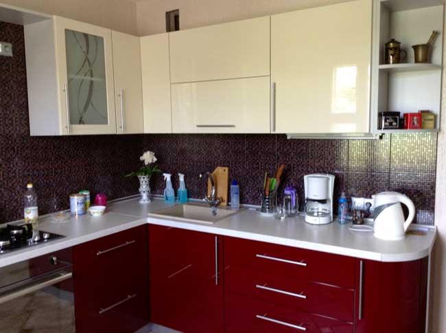 кухни молочный верх бордовый низ фото караване историй