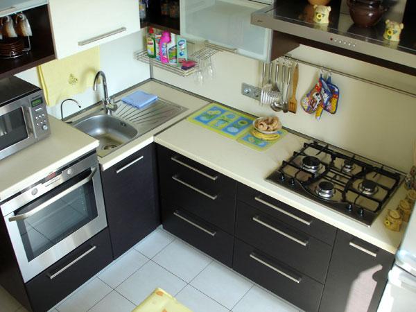 Угловая кухня для небольшого помещения