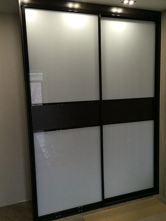 Шкаф-купе черно-белый с подсветкой.