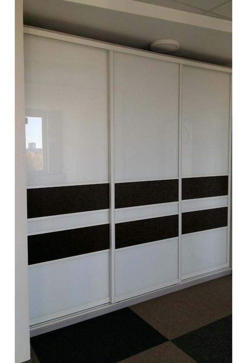 Шкаф-купе белый трехстворчатый с черными полосами.