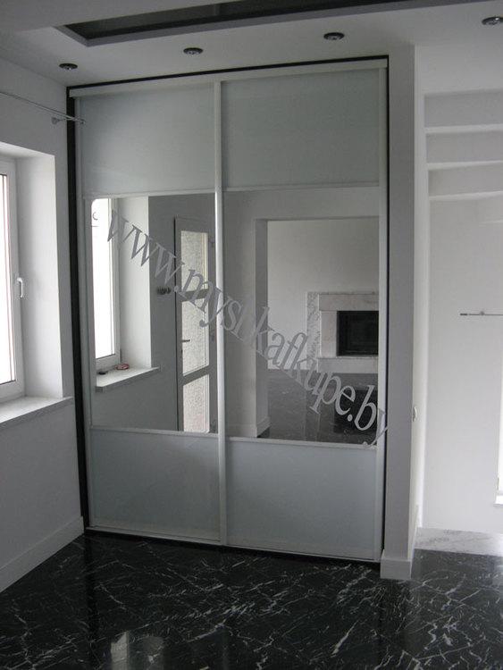 Встроенный в нишу шкаф-купе белый глянец - зеркало.