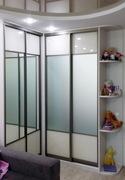 Угловой зеркальный шкаф-купе со вставками белого глянца.